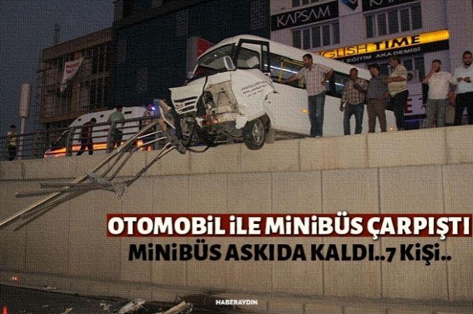 İki araç çarpıştı, minibüs askıda kaldı: 7 yaralı