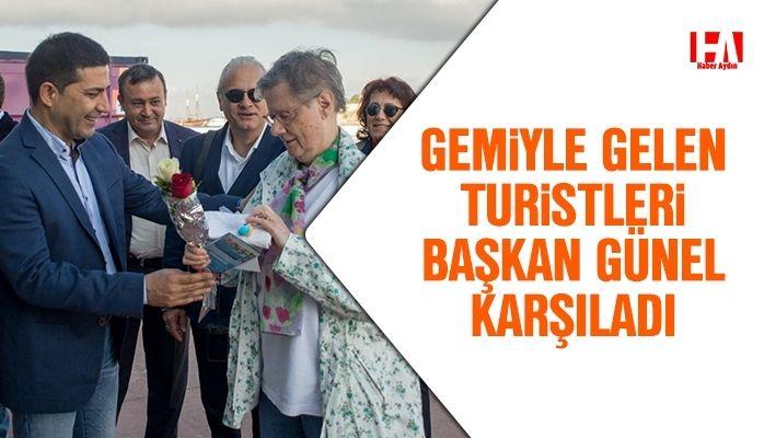 Gemiyle gelen turistleri Başkan Günel karşıladı