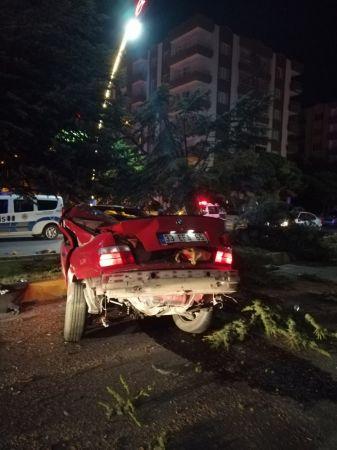 Uşak'ta otomobil ağaca çarptı: 2 ölü, 1 yaralı