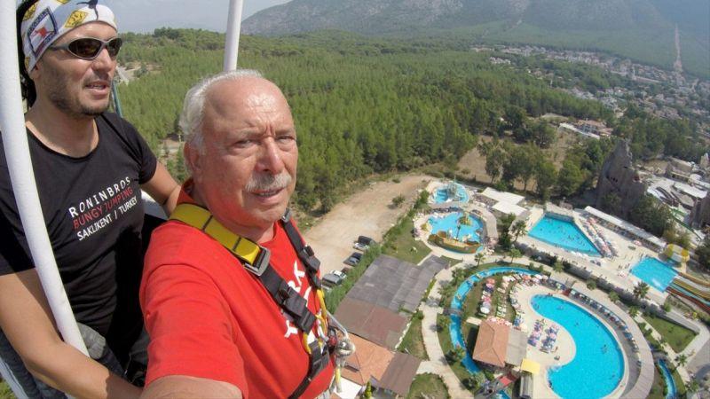 """72 yaşındaki emekli profesörün """"bangee jumping"""" heyecanı"""