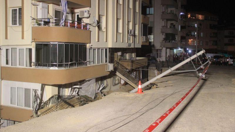 İzmir'de istinat duvarı yıkılan apartman boşaltıldı