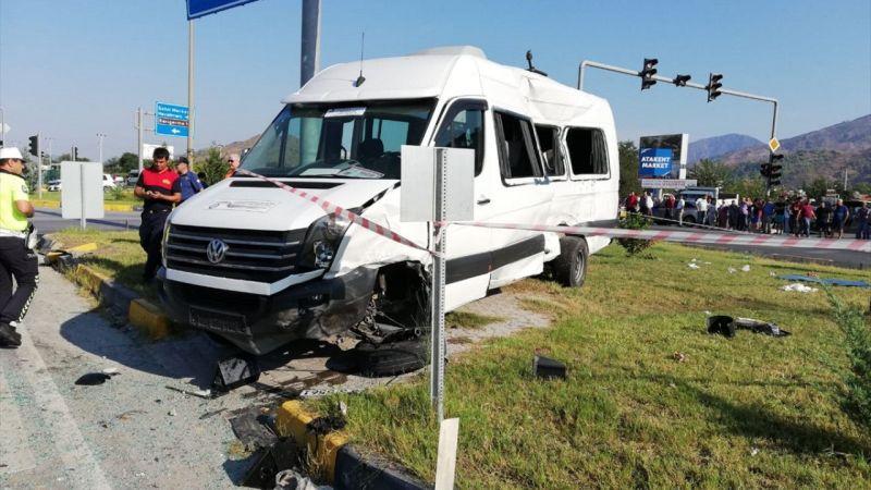 Muğla'da öğrenci servisi ile kamyon çarpıştı: 15 yaralı