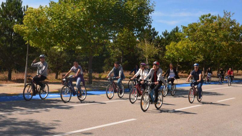 Rektör bisiklete bindi yeni öğrencilerine kampüsü tanıttı