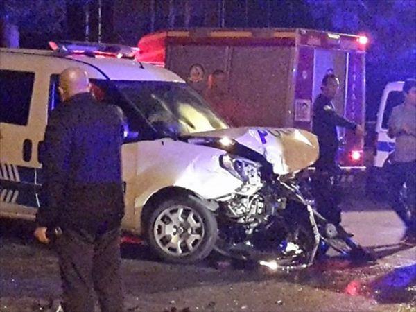 Denizli'de otomobille polis aracı çarpıştı: 3 yaralı