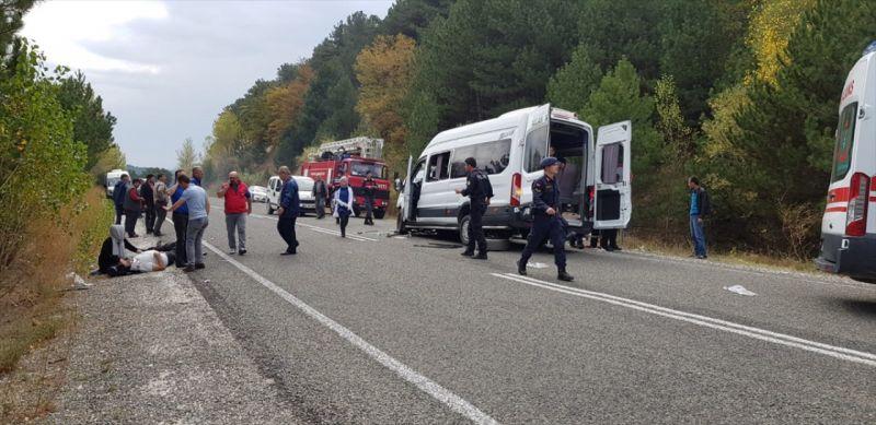 Kütahya'da iki minibüs çarpıştı: 1 ölü, 15 yaralı