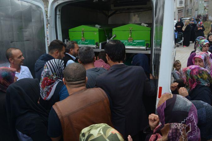 Manisa'da kazada ölen anne ve bebeği toprağa verildi
