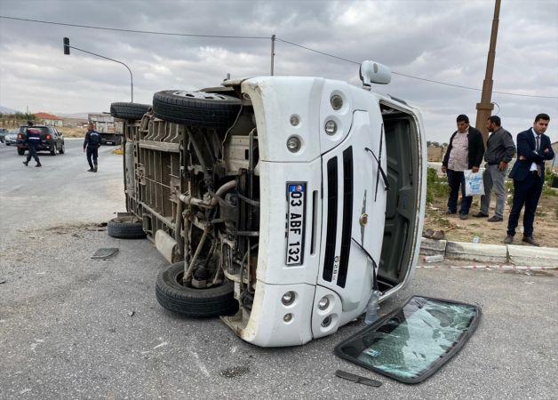 Afyonkarahisar'da kamyon ile minibüs çarpıştı: 19 yaralı