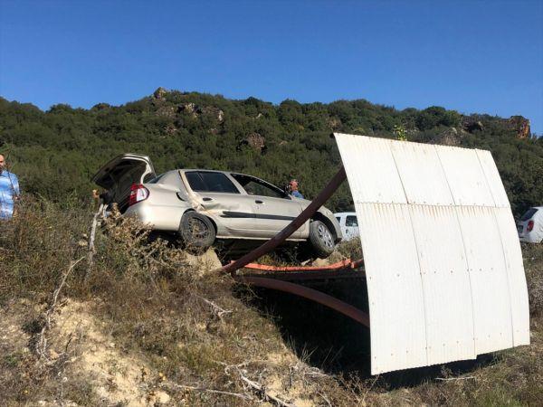 Manisa'da durağa çarpan otomobildeki 2 kişi yaralandı