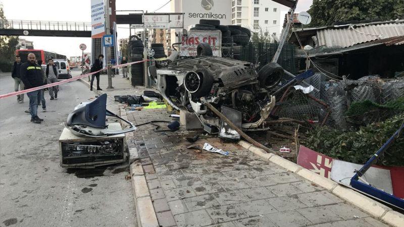 İzmir'de takla atan otomobildeki 2 kişi öldü, 1 kişi yaralandı