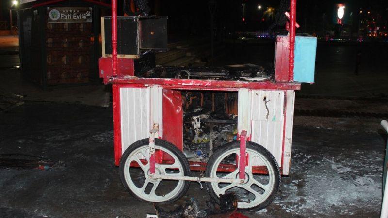 Manisa'da belediyenin yasağına kızan seyyar satıcı tezgahını yaktı