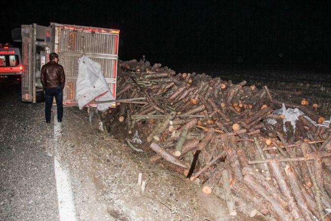 Domaniç'te devrilen odun yüklü tırın sürücüsü yaralandı
