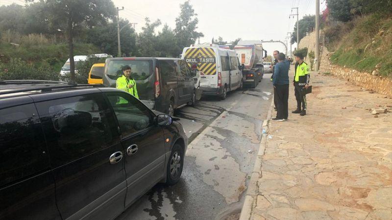 Muğla'da zincirleme trafik kazası: 3'ü öğrenci 9 yaralı