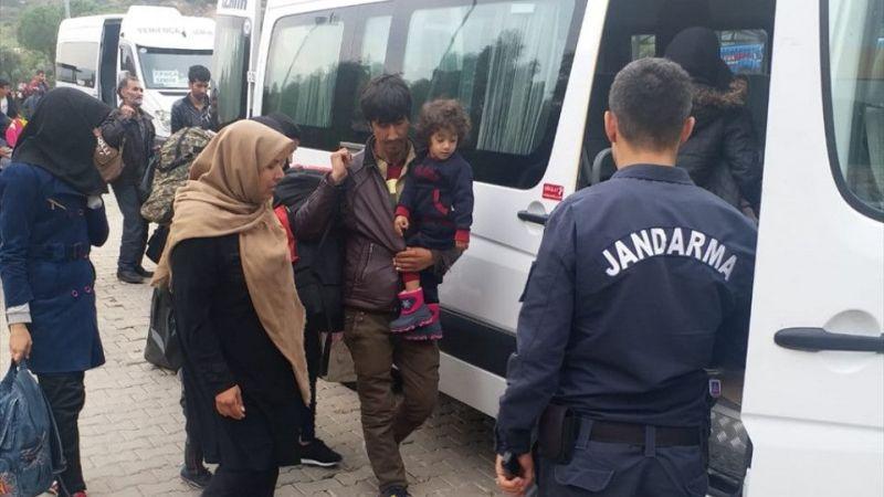 """İzmir'de """"dur"""" ihtarına uymayan minibüste 44 düzensiz göçmen yakalandı"""