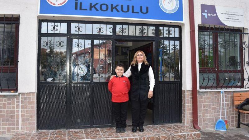 Dört ayda 1053 kitap okuyan rekortmen çocuk, başarısını annesine borçlu