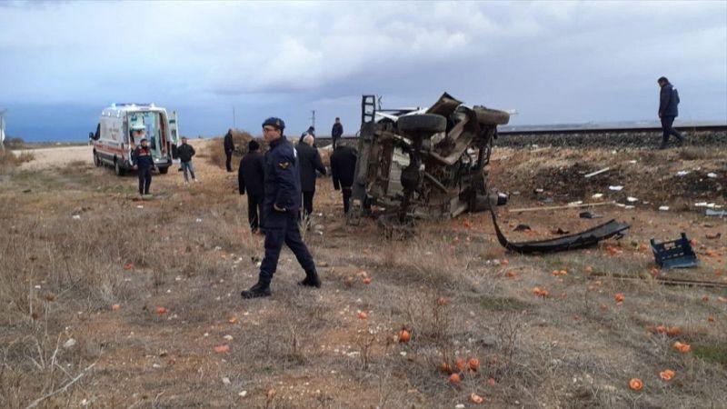 Afyonkarahisar'da tren hemzemin geçitte kamyonete çarptı: 1 ölü, 2 yaralı