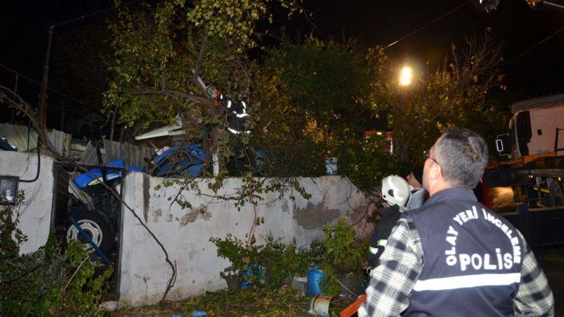 Odun yüklü traktör evin bahçesine düştü: 1 ölü