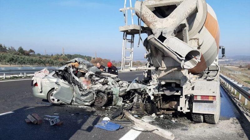 Manisa'da beton mikserine arkadan çarpan otomobildeki yaşlı çift hayatını kaybetti
