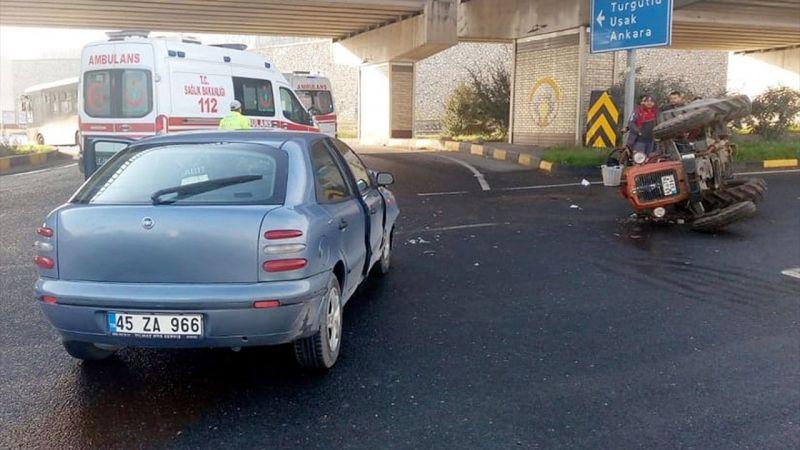 Manisa'da otomobille traktör çarpıştı: 2 yaralı