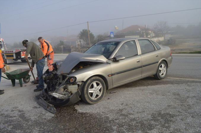 Aydın'da iki kamyonetle otomobilin çarpıştığı kazada 6 kişi yaralandı