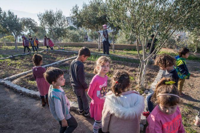 Minik öğrenciler şehrin göbeğinde doğayla iç içe geleceğe hazırlanıyor