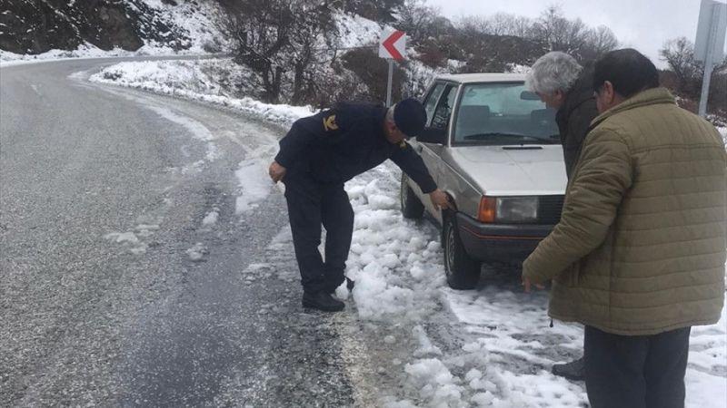 İzmir'de 6 ilçede karla mücadele çalışmaları devam ediyor