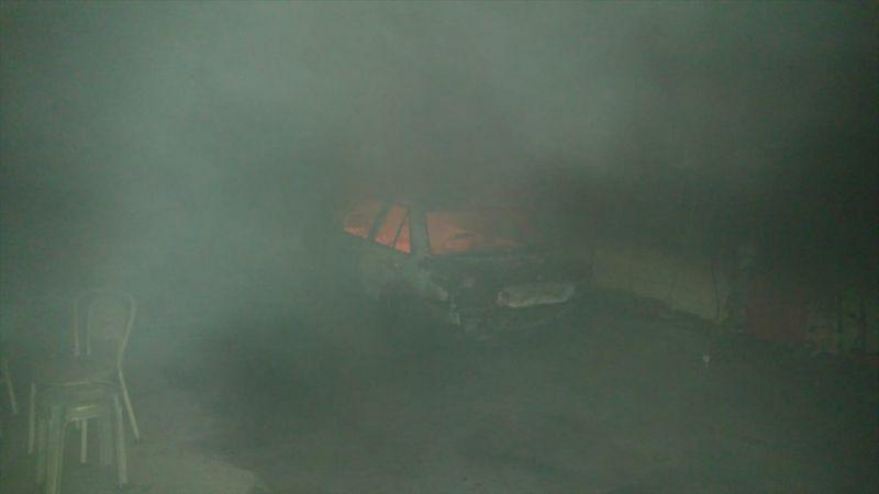Uşak'taki iş yeri yangınında bir araç kullanılamaz hale geldi