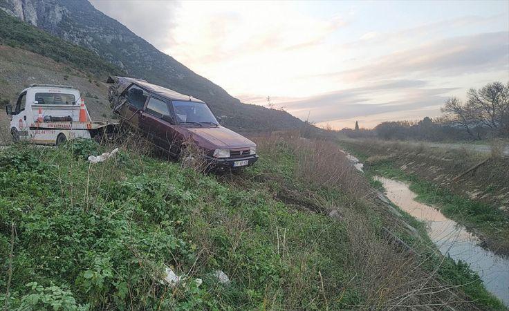 Manisa'da lastiği patlayan otomobil kaza yaptı: 2 yaralı