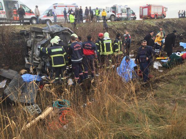 Manisa'da minibüs devrildi: 2 ölü, 9 yaralı