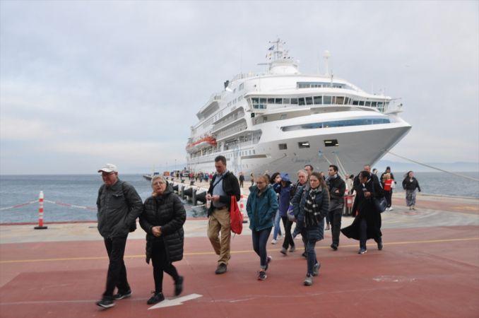 Kuşadası Limanı'na 665 turist getiren kruvaziyer 120 ton yakıt aldı