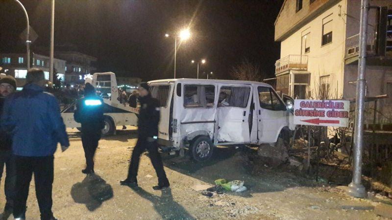 Denizli'de kaza yapan kamyonet, eve çarparak alev aldı: 4 yaralı