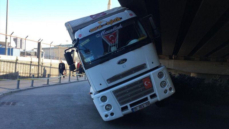 Konak'ta cıvata yüklü kamyon, viyadüğe sıkıştı