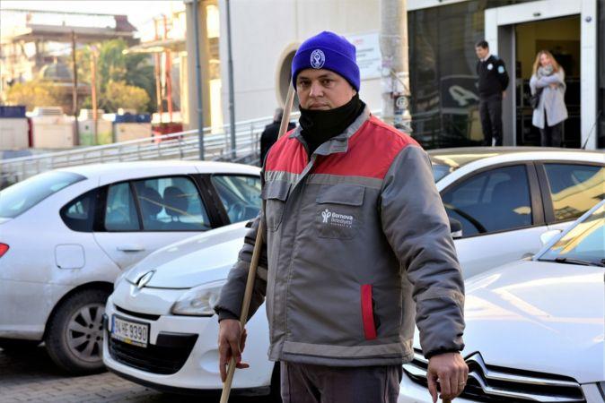 İzmir'de temizlik işçisi bulduğu para dolu cüzdanı polise teslim etti
