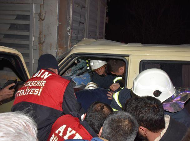 Aydın'da minibüs sürücüsü önce otomobile, kaçarken de tıra çarptı