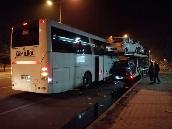 Uşak'ta yolcu otobüsü tıra çarptı: 16 yaralı