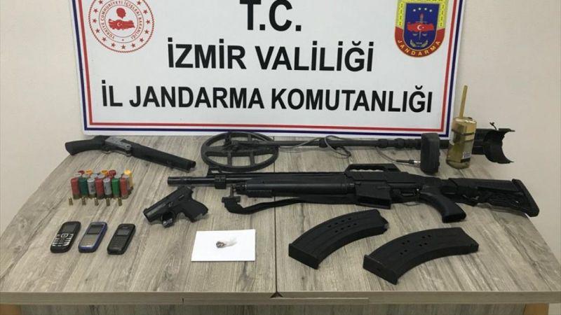 Kemalpaşa'da 2'si cezaevi firarisi 3 kişi ruhsatsız silahlarla yakalandı