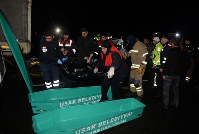 Uşak'ta tıra arkadan çarpan otomobildeki 2 kişi öldü
