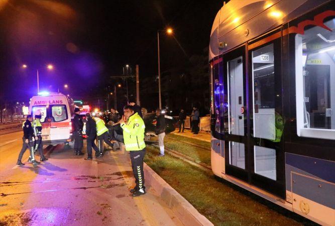 İzmir'de takla atıp devrilen otomobildeki 2 kişi yaralandı