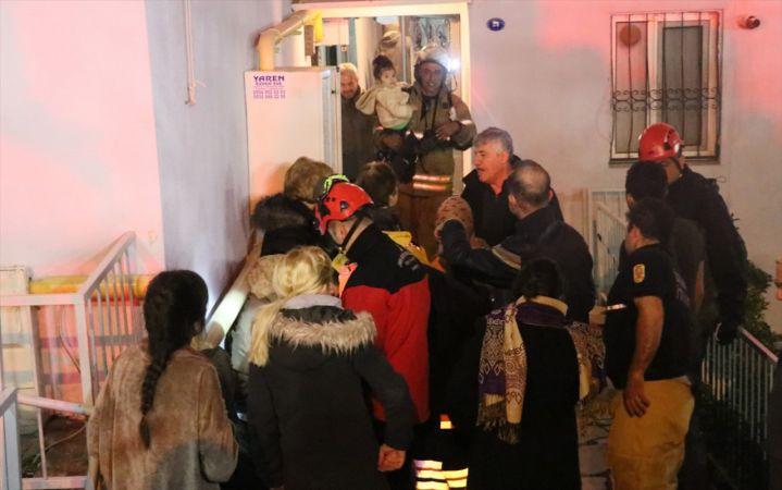 İzmir'de çıkan yangında 10 kişi dumandan etkilenirken, 11 katlı bina boşaltıldı
