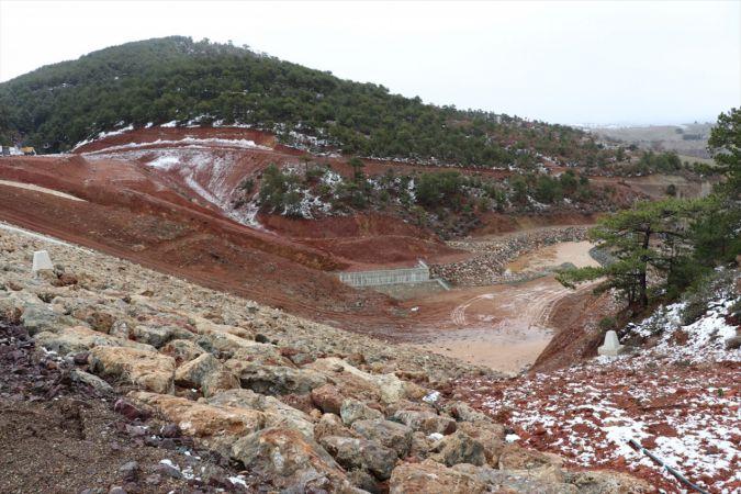 Uşak'ta sızdıran göletten su tahliyesi devam ediyor