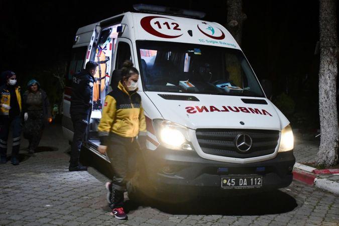Manisa'da, kapalı olan kafeteryaya giden 2 kişi, kendilerini uyaran görevliyi bıçakladı