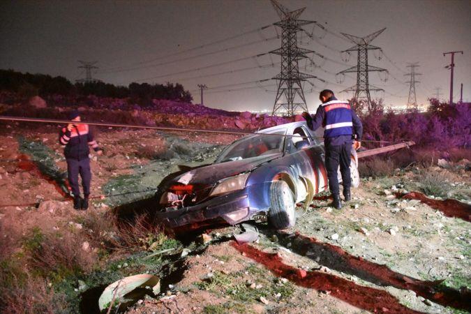 Manisa'da kaza yapan sürücü, otomobili bırakıp olay yerinden ayrıldı
