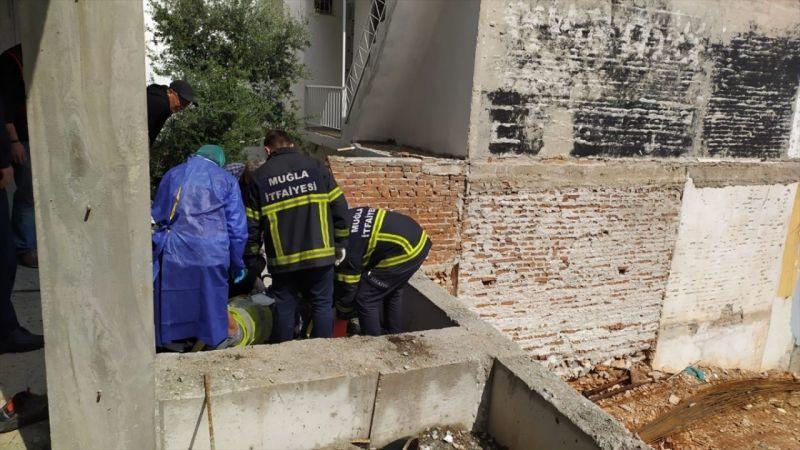 Muğla'da inşaat işçisi ayağına saplanan demir parçasıyla hastaneye götürüldü