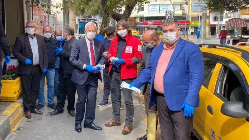 İzmirli taksicilere maske ve eldiven dağıtıldı