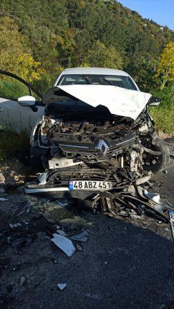 Muğla'da kamyonetle otomobil çarpıştı: 3 yaralı