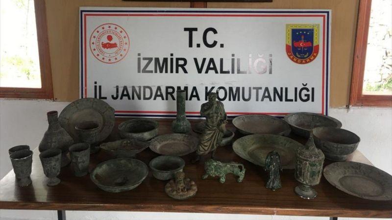 İzmir'de bir otomobilde 26 parça tarihi eser ele geçirildi