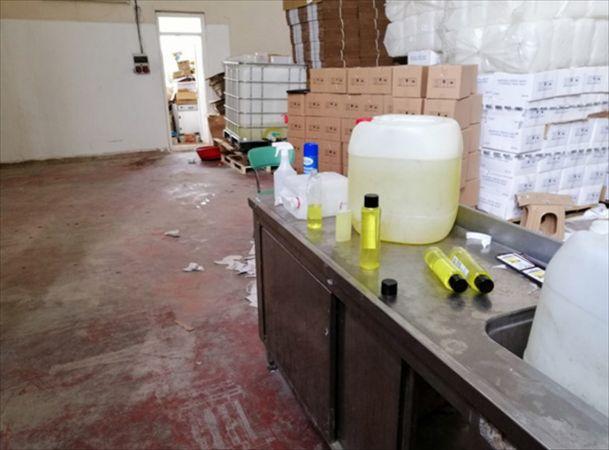 Denizli'de kaçak üretilen 1275 litre dezenfektan ele geçirildi