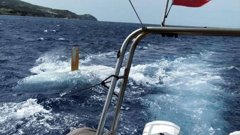 İzmir'de yelkeni kırılan teknesinde mahsur kalan genci deniz polisi kurtardı