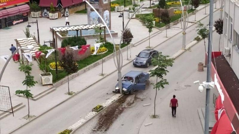 Afyonkarahisar'da aydınlatma direğine çarpan otomobildeki 2 kişi yaralandı