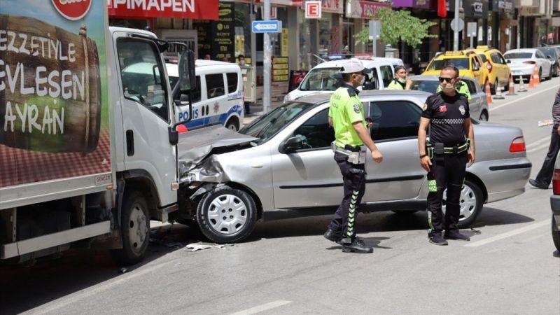 Denizli'de kamyonetle otomobilin çarpışması sonucu 2 kişi yaralandı