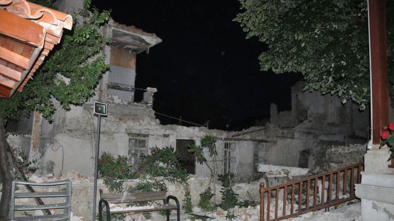Kuşadası'nda metruk binanın ikinci katındaki duvarlar yıkıldı